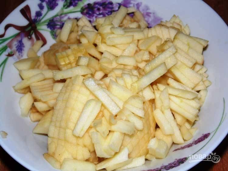 С яблок снимите кожуру. Нарежьте фрукт небольшой соломкой. Добавьте оставшийся сахар и выдавите сок лимона. Перемешайте. Оставьте яблоки на пару минут.