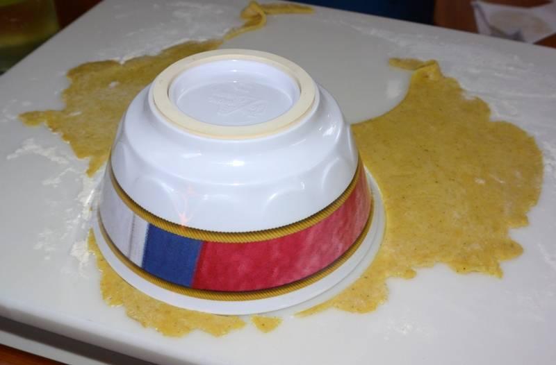 Теперь достаем из холодильника тесто и раскатываем его в тонкие пласты, вырезаем из теста круги.