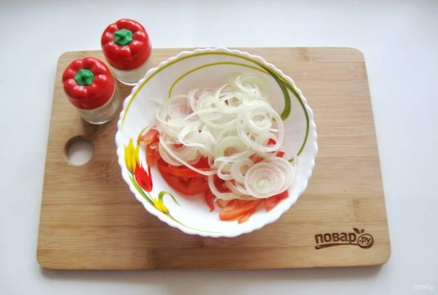 Посолите и поперчите по вкусу, если будете сразу подавать салат. В противном случае это сделаете перед подачей.