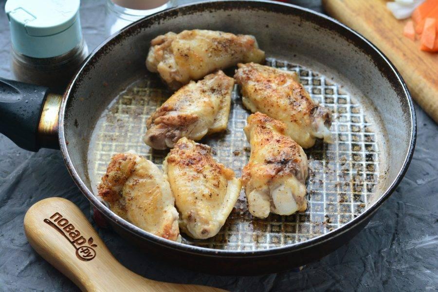 Обжарьте куриное мясо с добавлением специй для лагмана, посолите по вкусу.