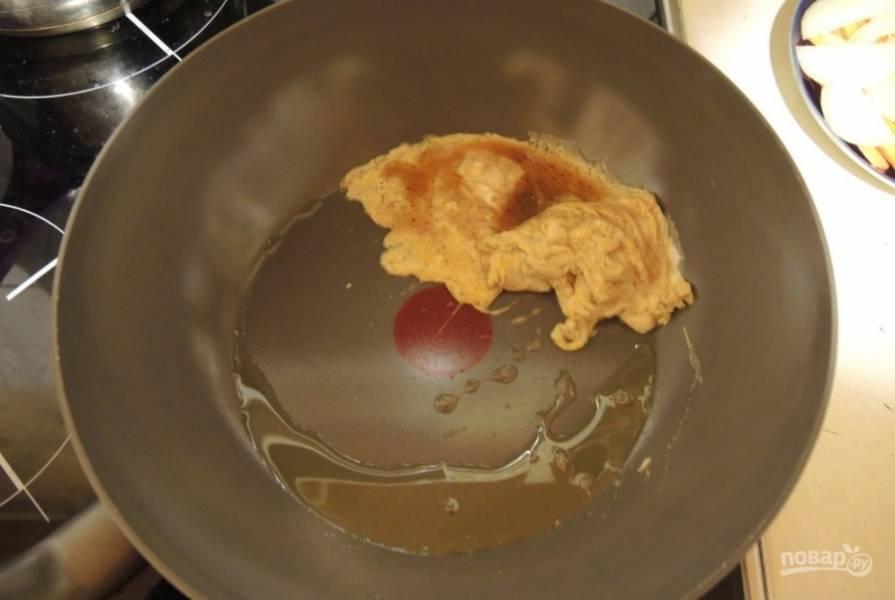 Влейте на горячую сковороду с маслом яичную смесь.