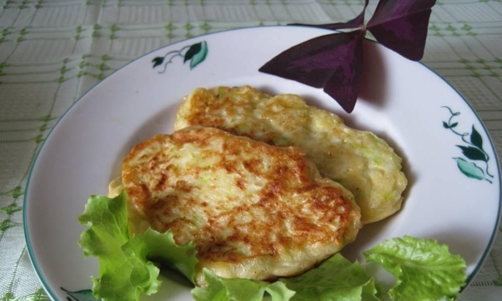 Готово! Подаем кабачковые оладьи с сыром к столу!