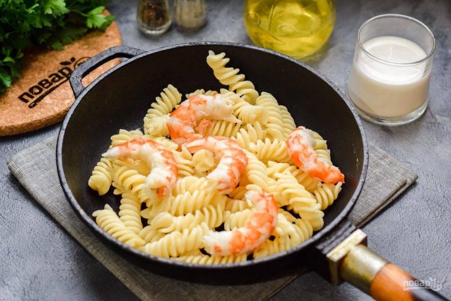 В сковороде прогрейте немного масла, выложите пасту и лангустины, прогрейте несколько минут.