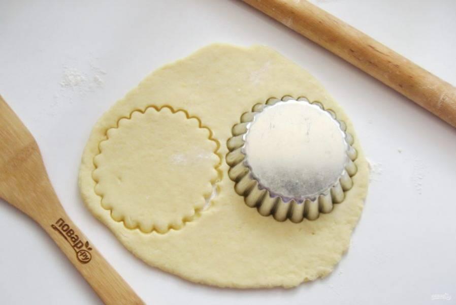 Кусочек теста раскатайте в пласт толщиной 3-5 мм. С помощью формочки вырежьте кружки диаметром 8-10 см.