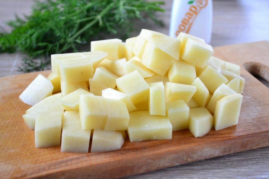 Картофель порежьте на небольшие кусочки и отправьте в кипящую воду.