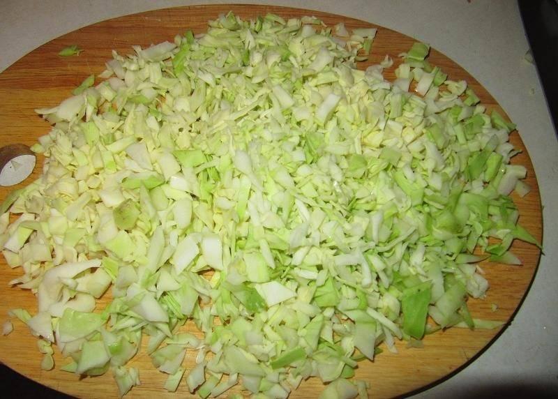 4. Оставить манку на время и нашинковать мелко капусту.