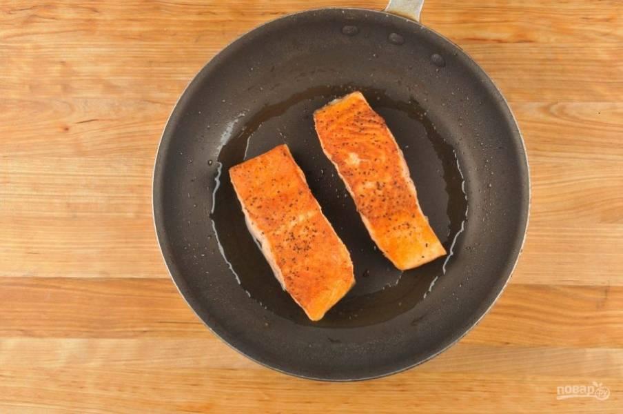 4. Потом приготовьте рыбу. Филе смажьте солью и перцем. Затем обжарьте его в разогретом масле по 5 минут с каждой стороны.