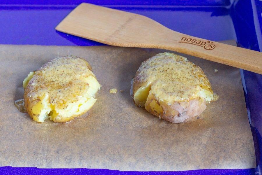 Переложите картофель на противень и полейте соусом. Поставьте в разогретую до 180 градусов духовку на 15 минут. Затем посыпьте сыром и подержите в духовке ещё 5  минут.