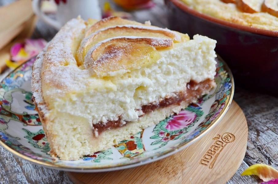 Вот так выглядит пирог в разрезе, но резала я его теплым. После полного остывания он выглядит значительно лучше! Угощайтесь!