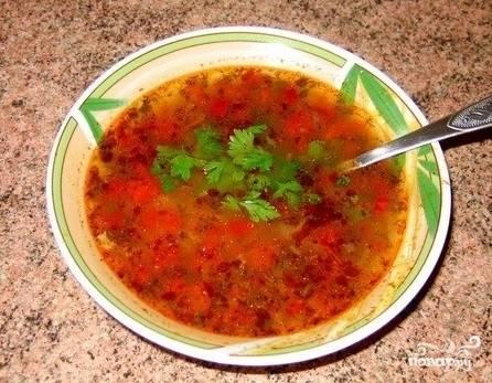 5ое: Суп уже почти готов, осталось только добавить чеснок, петрушку, укроп и кинзу. Варим еще минуты 2 и даем настоятся, примерно 1 час.  После чего ваш суп готов, а значит пришло время обедать!