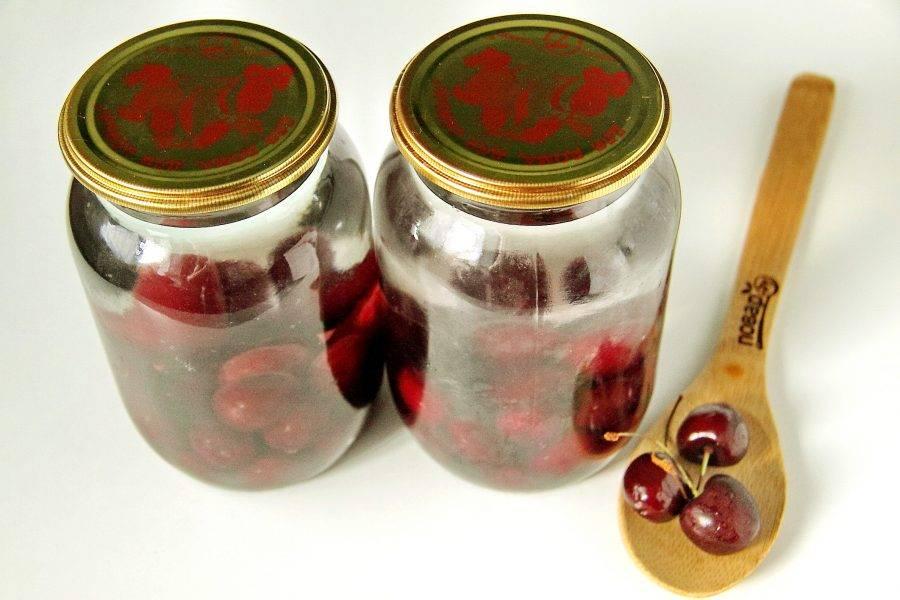 Залейте ягоды кипятком, накройте банки стерильными крышками и оставьте на 15 минут.