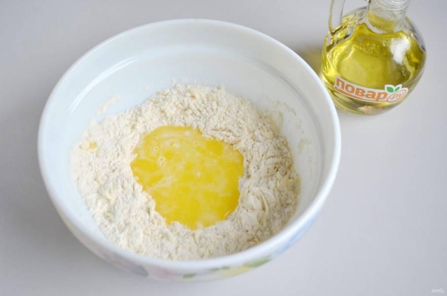 3. Влейте растопленное сливочное масло, растительное масло, молоко.