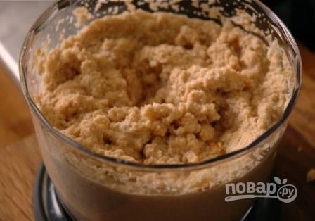 Измельчаем орехи с оставшимся чесноком, солью и молотым перцем до состояния пасты. Если паста получается слишком густой, можно добавить в неё немножко бульона от кролика.