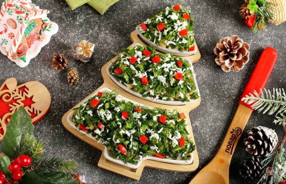 """Чтобы наша елочка смотрелась правдоподобнее, посыпьте ее измельченной свежей зеленью. Белком от яйца можно имитировать снег, а из овощей вырезать украшения. Салат «Новогодняя сказка"""" готов. Приятного аппетита! С наступающим Новым годом!"""