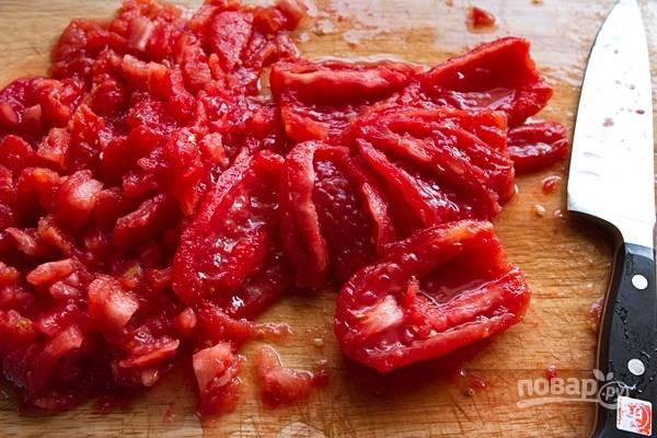 3. Нарежьте мелко помидоры.