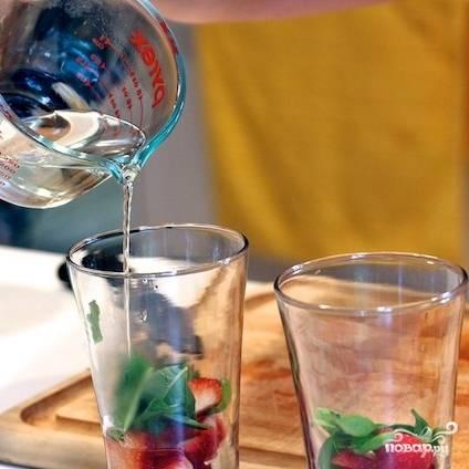 Наливаем в стаканы охлажденный сироп.