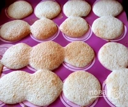 Отправляем противень в разогретую до 180 градусов духовку и выпекаем коржики до золотистого цвета.