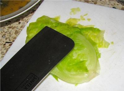 2. Остывшие листочки аккуратно снять и легонько отбить.