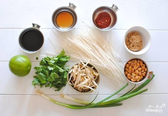 """1. Вот все ингредиенты. Само блюдо """"Пад Тай"""" - это отварная китайская лапша, которую обжаривают вместе с яйцами, а затем подают с обилием зелени и с этим чудным соусом. Так что вот все ингредиенты перед вами для данного блюда."""