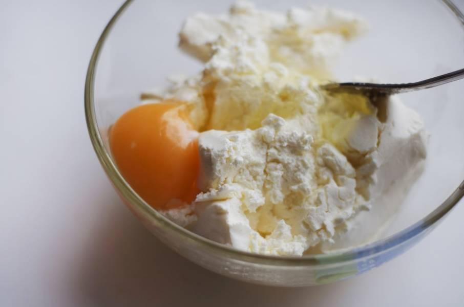 1. Итак, для начала при помощи блендера или миксера взбиваем творог, сахар и яйцо.