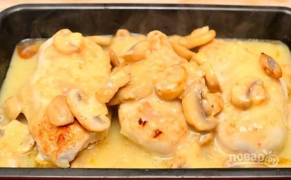 6. В соус выложите грибы, подержите на огне буквально минутку, после чего переложите в форму к филе.