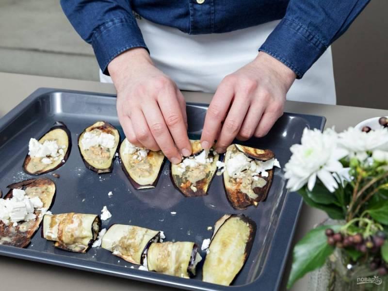 3. Затем в готовый баклажан заверните сыр. Сделайте рулетики.