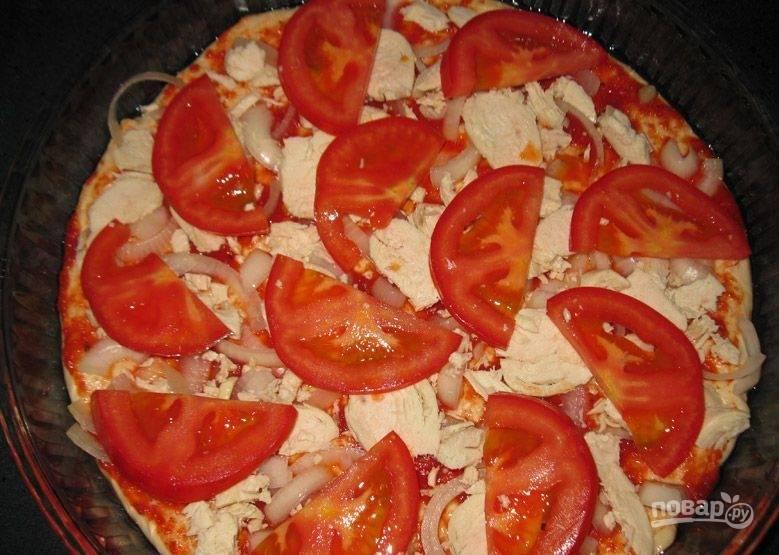 3. Снимаем с помидоров кожицу и нарезаем их на части (лучше полукольцами), после чего выкладываем поверх мяса.