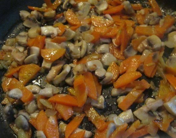Затем выложите грибы и, помешивая, тушите еще 5 минут.