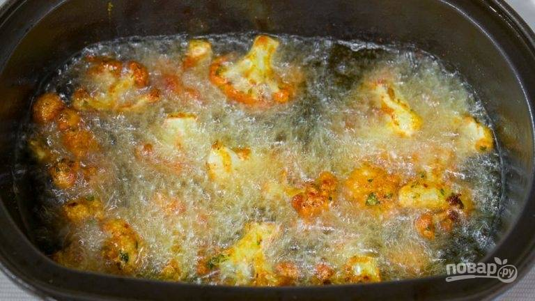4.Когда капуста стала золотистой, аккуратно удалите из кастрюли или фритюра и выложите на салфетку.