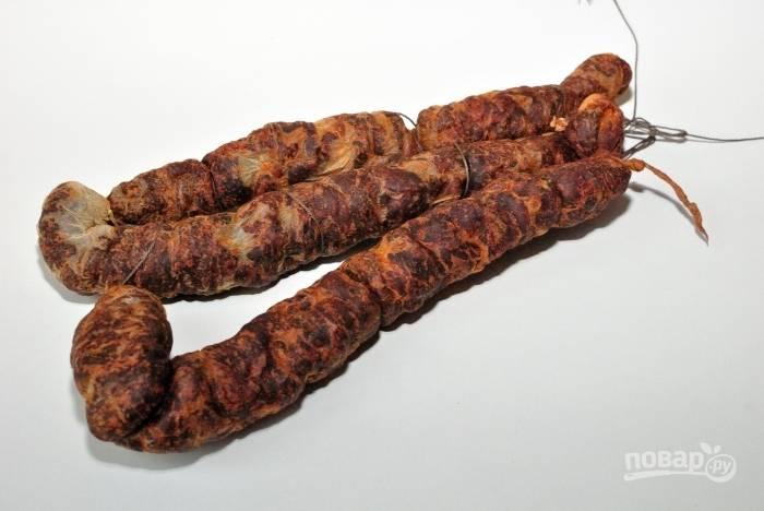 Подвестье колбаску под потолок в помещение при температуре 15-18 градусов. Висеть она будет 3 недели.