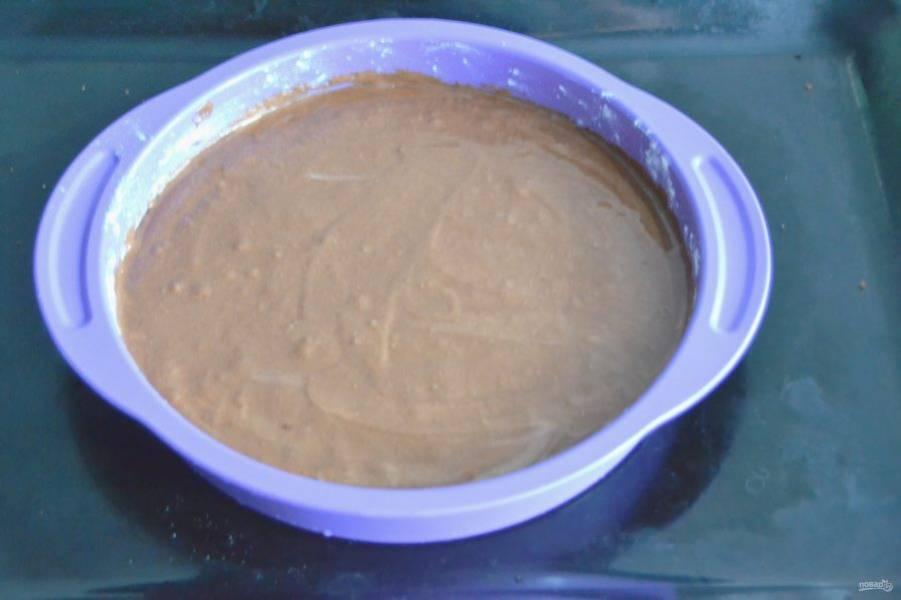 Подготовьте форму для выпекания бисквита. Смажьте сливочным маслом, слегка присыпьте мукой. Можно выпекать бисквит одним разом, если форма высокая, можно разделить на 2 раза, если форма низкая. Диаметр формы 22 см. Выпекайте при температуре 180 градусов  около 40 минут.