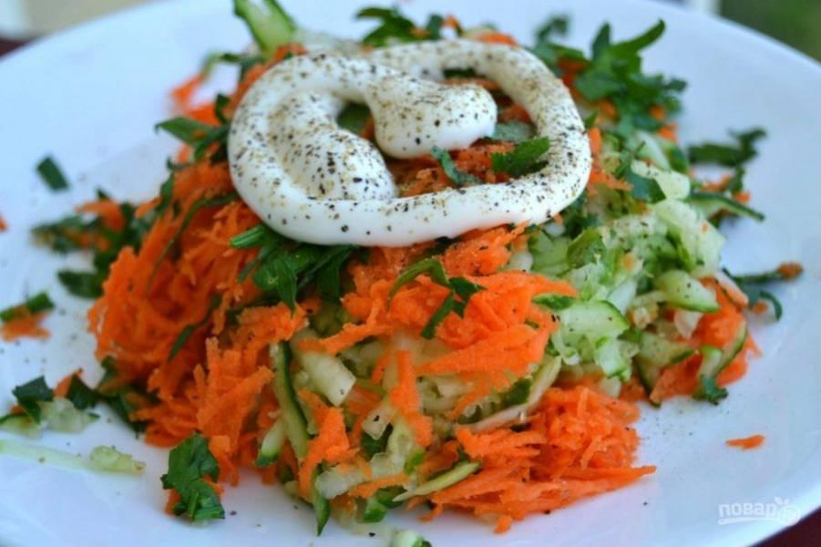 7.Добавьте к салату майонез, черный молотый перец и перемешайте.