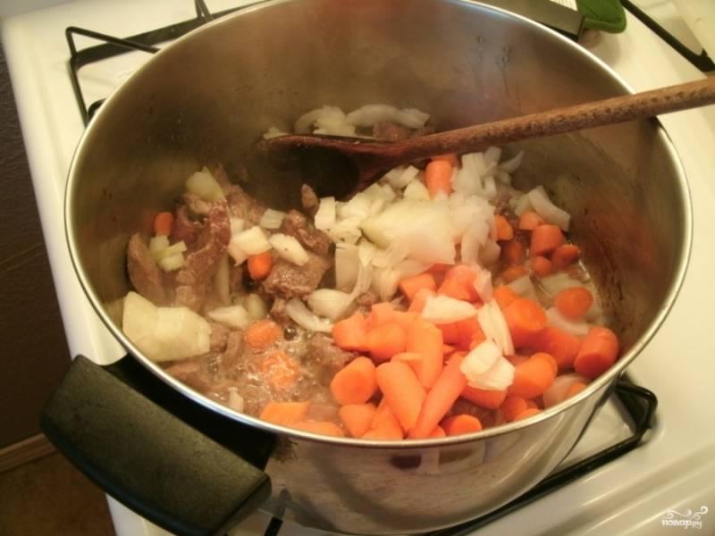 Морковку и лук порежьте не мелко, можно кубиками. Добавьте к конине и продолжайте обжаривать и тушить до золотистого цвета овощей.
