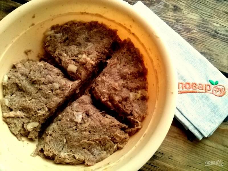 Поставив отвариваться картофель, займитесь фаршем. Мясной фарш, измельченный лук, панировочные сухари, соль и специи (перец молотый, паприку сушеную, кориандр) перемешайте. Добавьте холодное молоко, перемешайте до однородности с помощью насадок миксера для теста. Разделите фарш на четыре части.