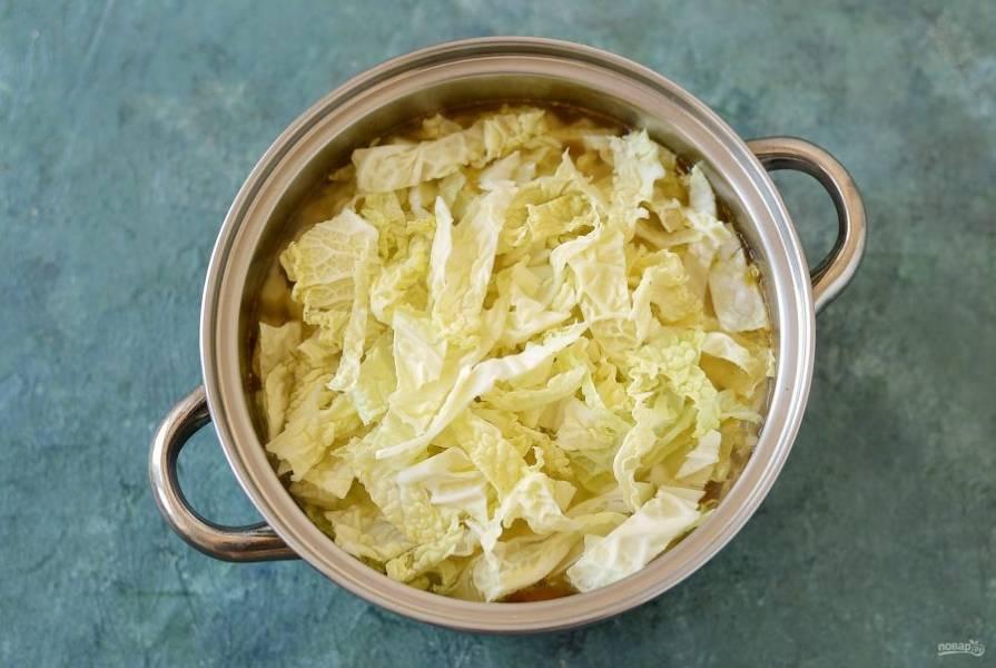 Савойскую капусту мелко нашинкуйте. Добавьте в кастрюлю. Доведите суп до кипения, убавьте температуру и варите 10-15 минут.