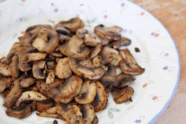 3. Обжаренные грибы снять со сковороды, переложить на тарелку и отставить на время.