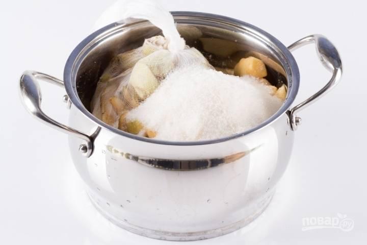 В кастрюлю укладываем нарезанные яблоки, сахар, желирующий сахар и кожуру с сердцевинами. Заливаем все водой и варим на медленном огне на протяжении 15 минут. Затем марлю удалите, варите яблоки еще 10 минут, постоянно помешивая, если нужно придавите толкушкой.