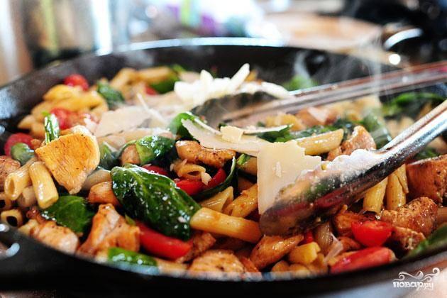 6. Перемешать, пока шпинат не увянет. Посыпать сыром Пармезан и перемешать. Подавать пасту с дополнительным сыром Пармезан.