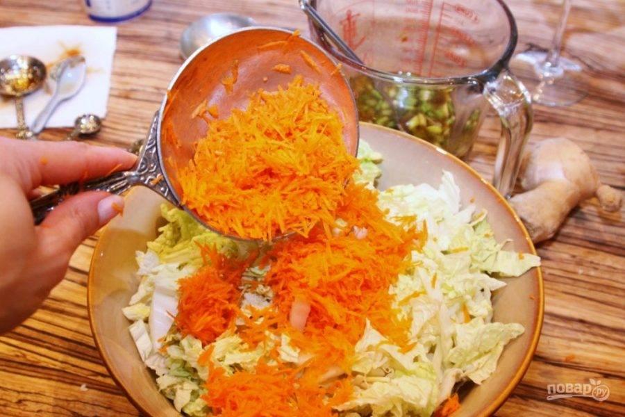 Морковку помойте, почистите и натрите на мелкой терке. Добавьте к капусте.