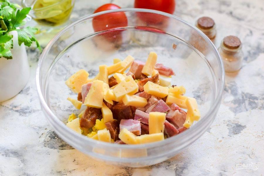 Твердый сыр нарежьте небольшими кубиками и добавьте в салат.