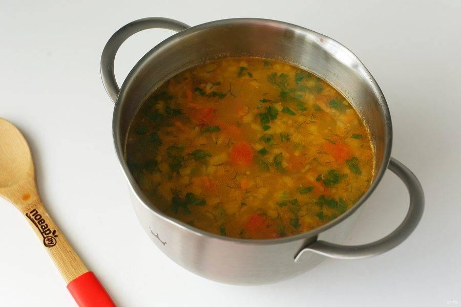 В самом конце отрегулируйте суп на соль, добавьте свежую зелень. Суп с машем и говядиной готов.