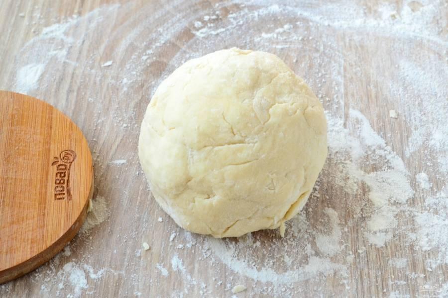 Полученную смесь слегка помните руками и соберите в комок. Именно помните, а не замешивайте тесто. И делать все надо очень и очень быстро, чтобы масло не успело растаять.
