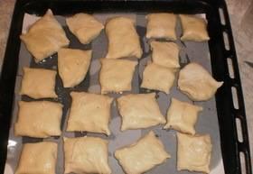 Застилаем противень пергаментом для выпечки. Кладем на него пирожки, швом вниз. Запекаем в духовке, разогретой до 180 градусов.