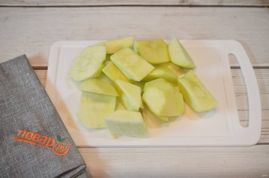 2. Яблоки нарежьте дольками.