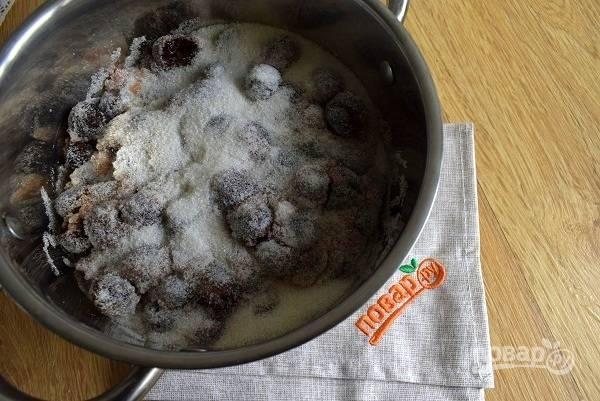 Желатин залейте водой и оставьте набухать. В это время засыпьте вишню сахаром, поставьте на огонь, доведите до кипения и проварите 5 минут, помешивая деревянной ложкой. Снимите появившуюся пенку.