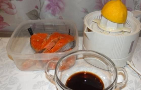 Стейки форели выкладываем в глубокую посуду. В отдельной посуде смешиваем соевый соус, мед и сок половинки лимона.