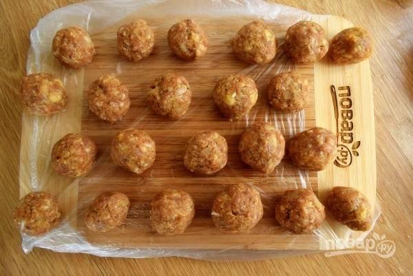 Скатайте фрикадельки размером с грецкий орех.