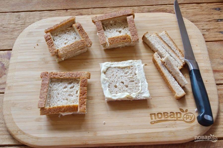 Края каждого кусочка смажьте майонезом. Обрезанными кусочками корочки декорируйте хлеб, выложив бортики по периметру.
