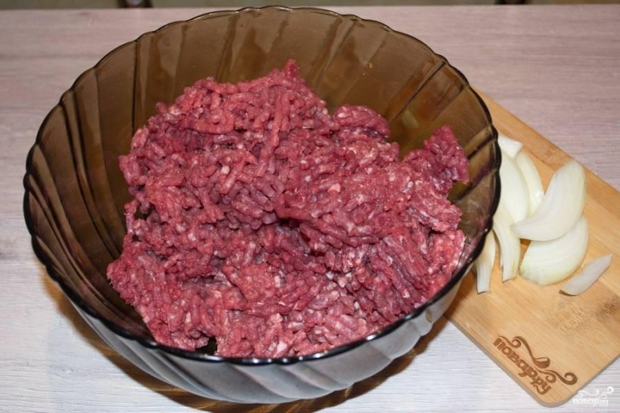 При помощи мясорубки перекрутите мясо свинины и говядины.