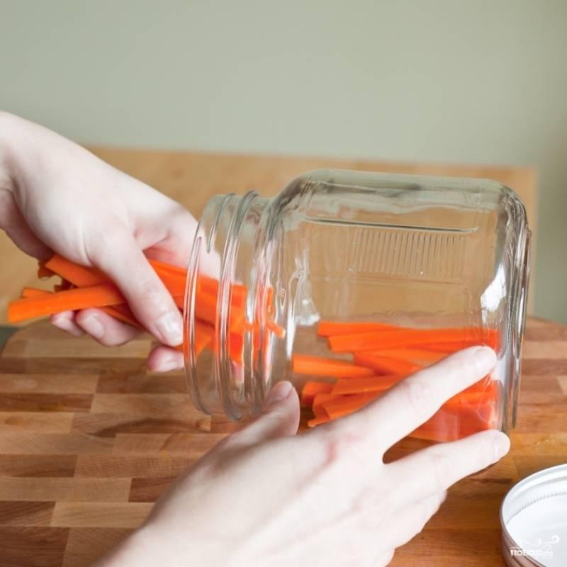 3. Очищенную морковь бланшируйте в подсоленной воде в течение 2-3 минут, затем вытащите шумовкой на дуршлаг. Обваренную и просушенную морковь выложите в простерилизованные банки.